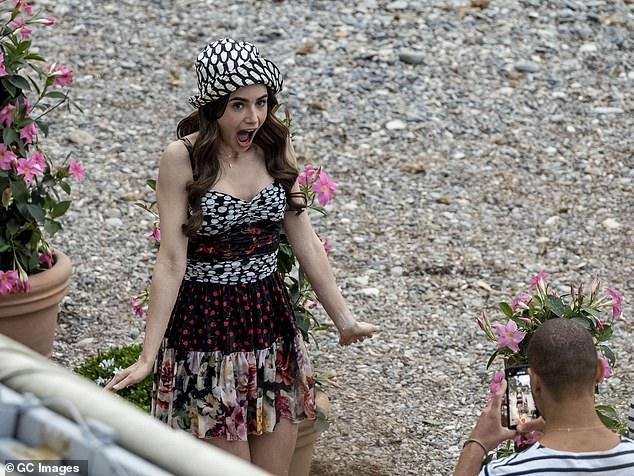 Ảnh hậu trường mới gây sốc của Lily Collins (Emily in Paris): Gầy đáng báo động, nhìn đến xương ngực mà hoảng hốt - ảnh 8