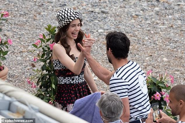 Ảnh hậu trường mới gây sốc của Lily Collins (Emily in Paris): Gầy đáng báo động, nhìn đến xương ngực mà hoảng hốt - ảnh 9