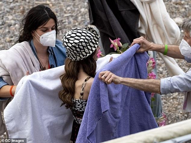 Ảnh hậu trường mới gây sốc của Lily Collins (Emily in Paris): Gầy đáng báo động, nhìn đến xương ngực mà hoảng hốt - ảnh 7