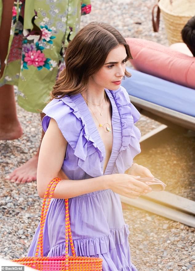 Ảnh hậu trường mới gây sốc của Lily Collins (Emily in Paris): Gầy đáng báo động, nhìn đến xương ngực mà hoảng hốt - ảnh 2