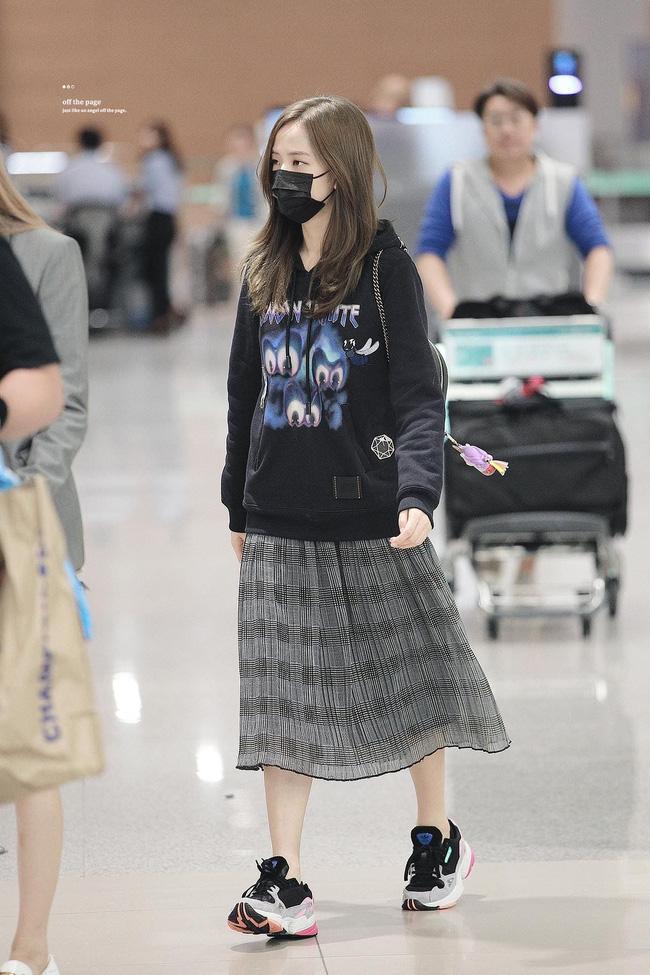 Không phải chân váy dài, đây mới là kiểu chân váy Jisoo mặc vì giúp ăn gian cả chục phân chiều cao - ảnh 1