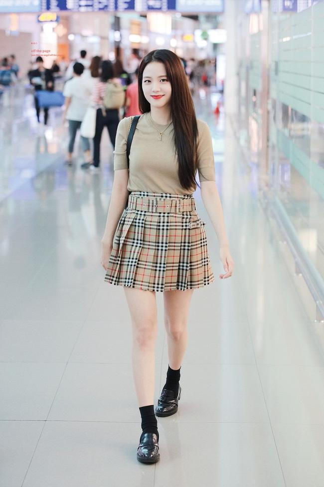 Không phải chân váy dài, đây mới là kiểu chân váy Jisoo mặc vì giúp ăn gian cả chục phân chiều cao - ảnh 5