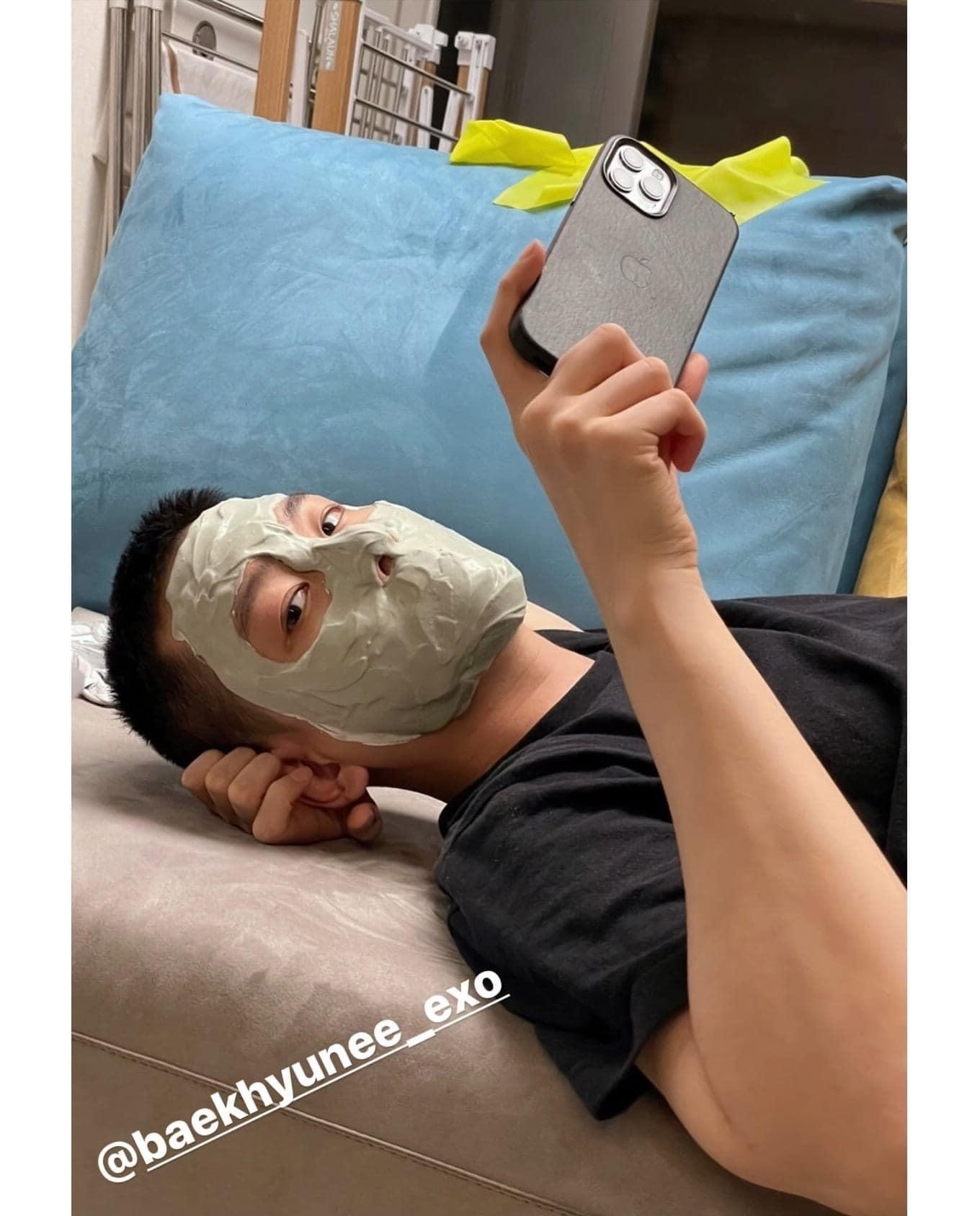 Màn đắp mặt nạ có 1-0-2 của nam idol khiến fan cảm thán: Thì ra idol cũng biết tiếc của như chúng ta! - Ảnh 1.