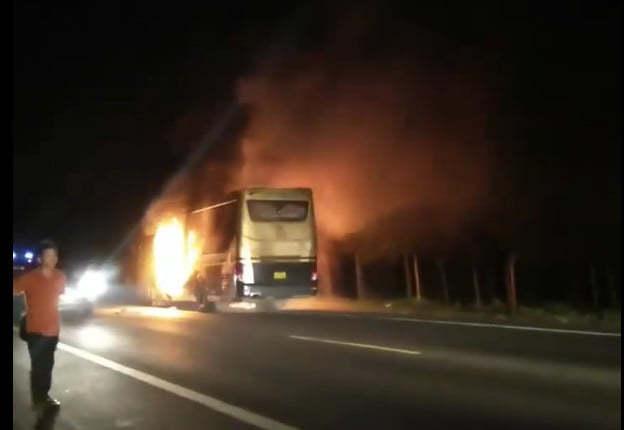 Đắk Nông: Xe khách bốc cháy dữ dội trong đêm - ảnh 1