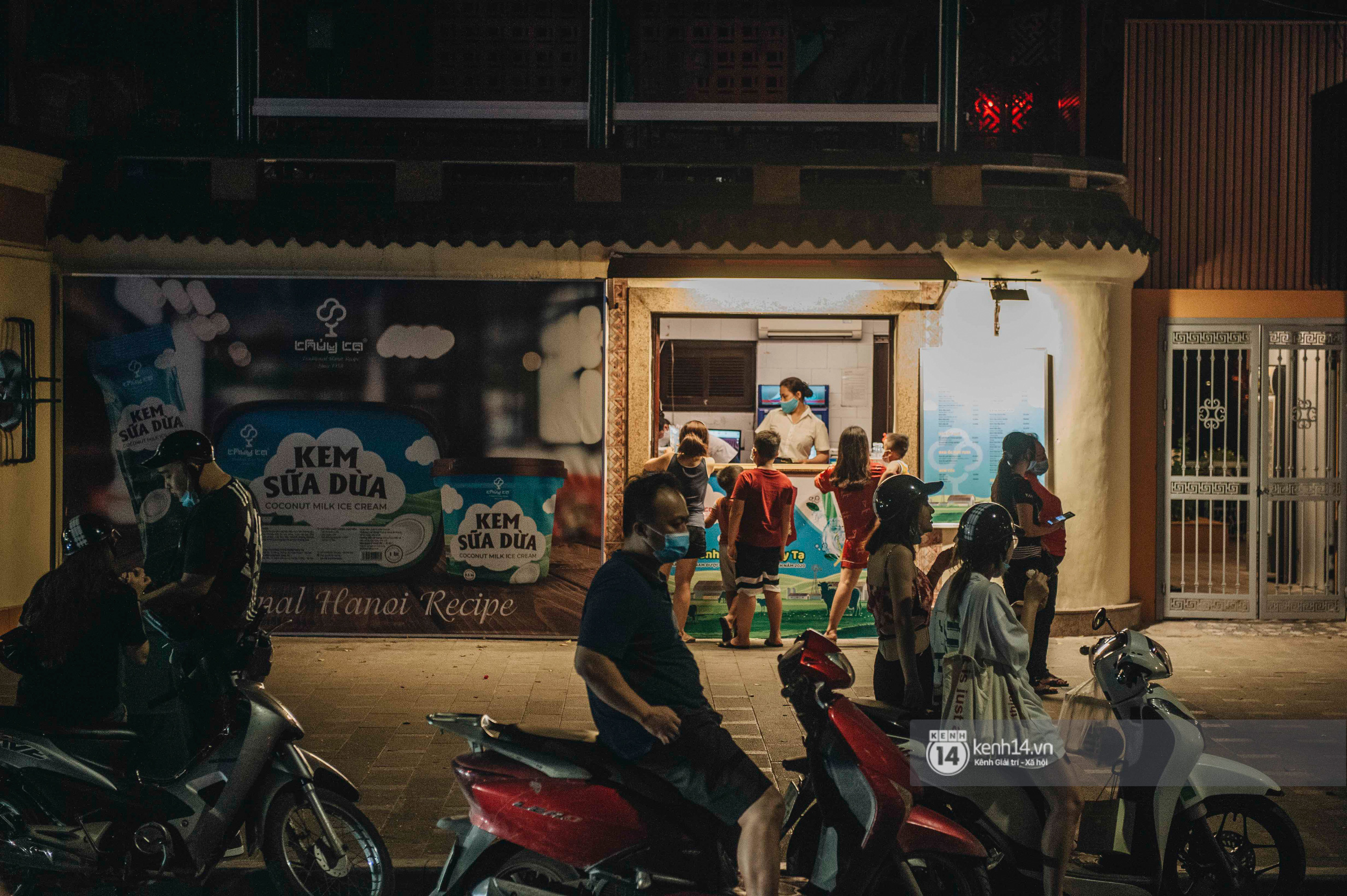 Các khu phố ăn chơi Hà Nội giữa đợt dịch Covid-19 thứ 4: Tạ Hiện vắng vẻ đến ảm đạm, nơi khác lại đông đúc không ngờ - Ảnh 4.
