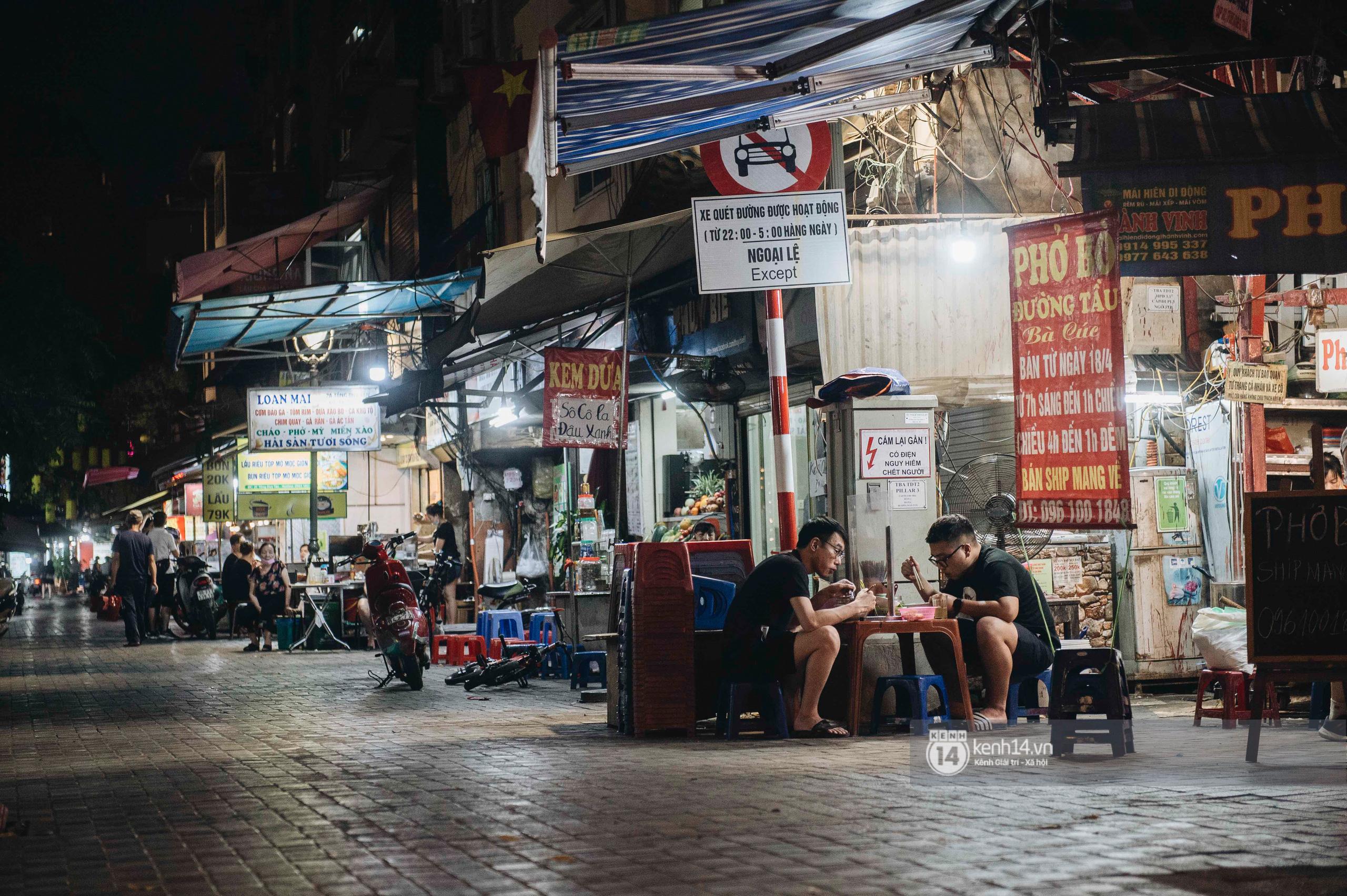 Các khu phố ăn chơi Hà Nội giữa đợt dịch Covid-19 thứ 4: Tạ Hiện vắng vẻ đến ảm đạm, nơi khác lại đông đúc không ngờ - Ảnh 12.