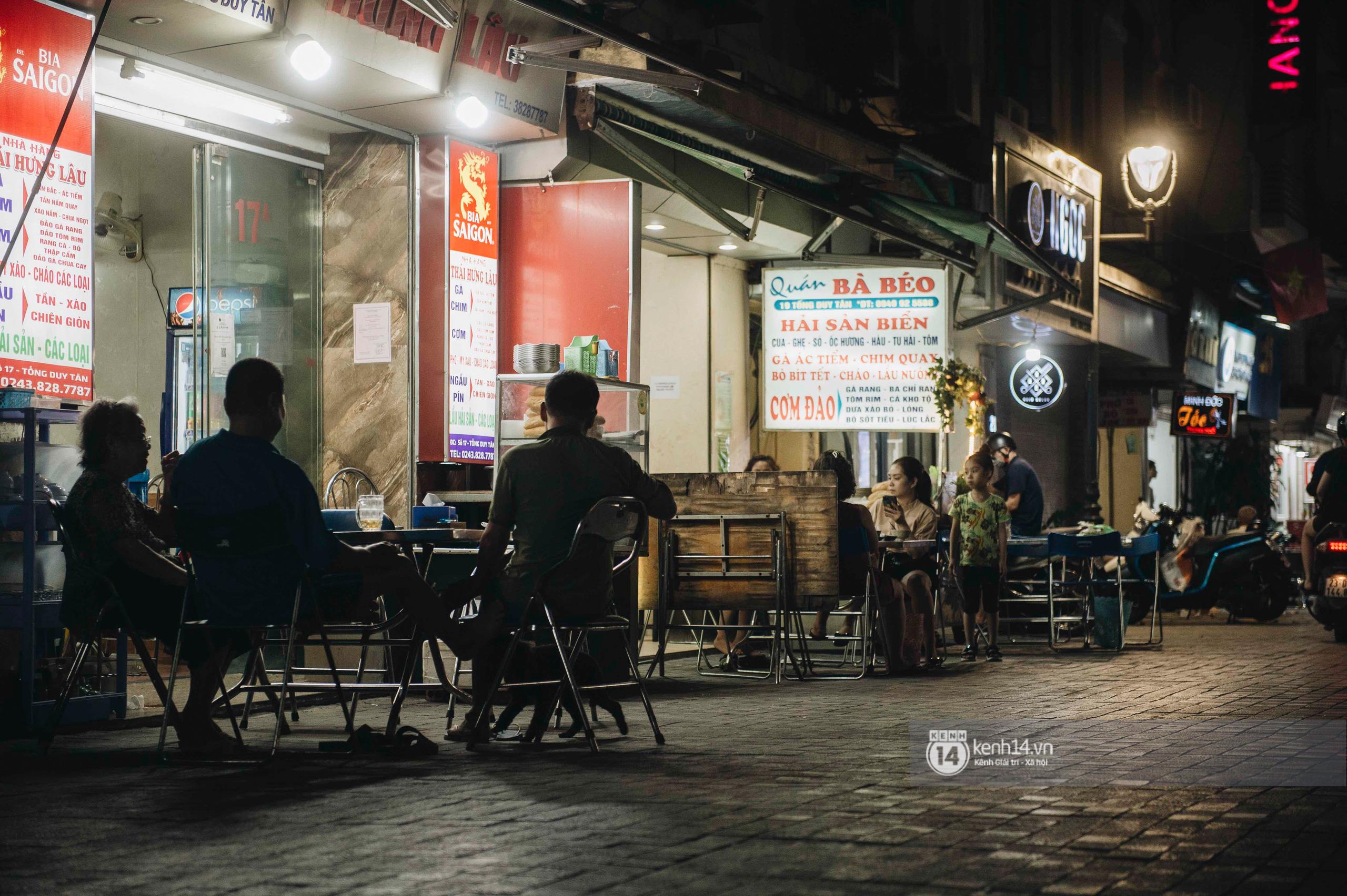 Các khu phố ăn chơi Hà Nội giữa đợt dịch Covid-19 thứ 4: Tạ Hiện vắng vẻ đến ảm đạm, nơi khác lại đông đúc không ngờ - Ảnh 13.