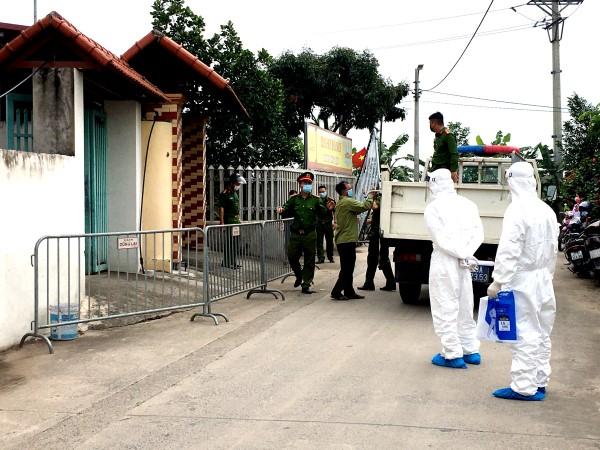 Dịch Covid-19 ngày 9/5: Hà Nội phong tỏa khu nhà của 4 học sinh dương tính; TP.HCM tìm người đi chung xe, chuyến bay và 22 điểm ở Nha Trang, Đà Lạt - Ảnh 1.