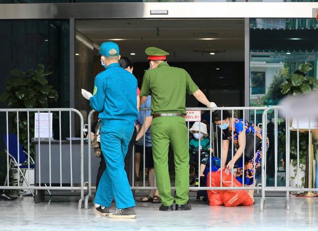 Dịch Covid-19 ngày 9/5: Hà Nội phong tỏa khu nhà của 4 học sinh dương tính; TP.HCM tìm người đi chung xe, chuyến bay và 22 điểm ở Nha Trang, Đà Lạt - Ảnh 4.
