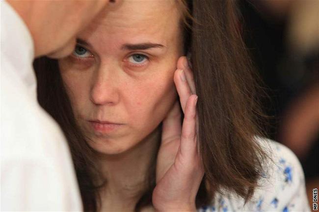Cặp chị em đưa bé gái 12 tuổi về sống chung để cùng hành hạ các con, danh tính của đứa trẻ khi bị phanh phui khiến ai cũng run sợ - ảnh 3
