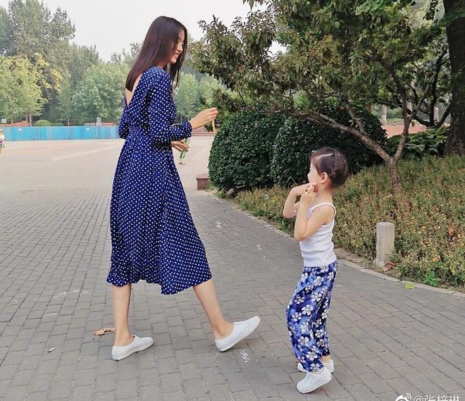 Sao Cbiz rộn ràng ngày 1/6: Hoa hậu Thế giới hạ sinh lần 2, Lý Dịch Phong cầu hôn bạn gái, dàn mỹ nhân đọ visual ngày bé cực gắt - Ảnh 11.