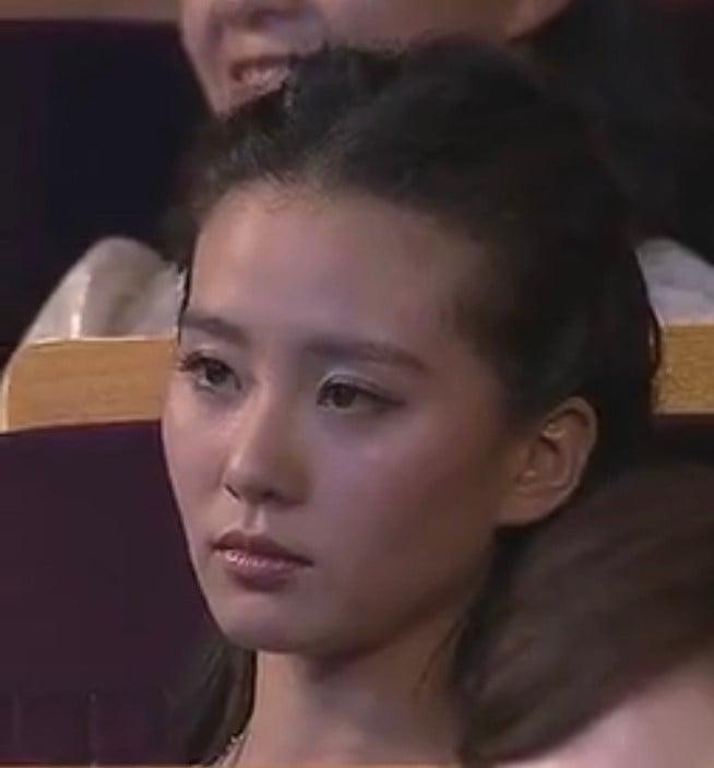 Màn trao cúp Thị hậu drama nhất Bạch Ngọc Lan 2012: Chân Hoàn - Tôn Lệ sượng trân vì hụt giải, Lưu Thi Thi có biểu cảm kinh điển - Ảnh 6.
