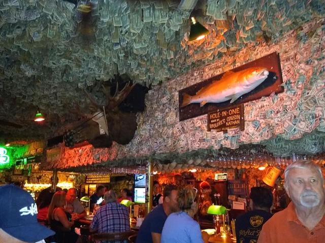 Nhà thừa tiền không biết làm gì, chủ quán rượu dán hơn 4 tỷ lên tường trang trí cho vui - ảnh 1