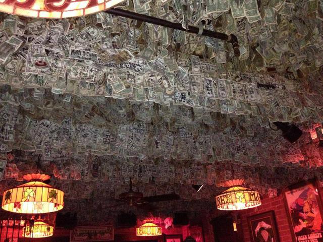 Nhà thừa tiền không biết làm gì, chủ quán rượu dán hơn 4 tỷ lên tường trang trí cho vui - ảnh 2