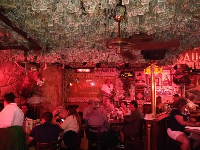 Nhà thừa tiền không biết làm gì, chủ quán rượu dán hơn 4 tỷ lên tường trang trí cho vui - ảnh 3