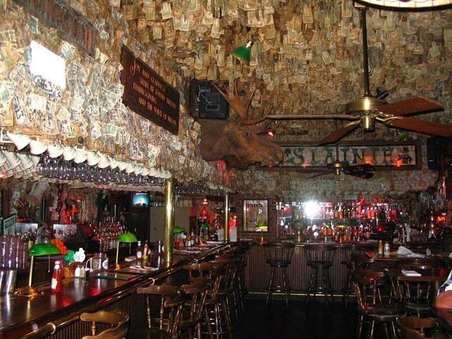 Nhà thừa tiền không biết làm gì, chủ quán rượu dán hơn 4 tỷ lên tường trang trí cho vui - ảnh 4