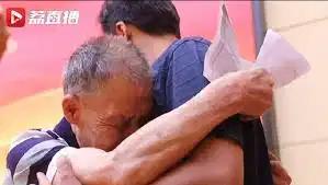 Cụ ông 85 tuổi dành 40 năm đi tìm con trai bị bắt cóc, òa khóc nức nở khi hoàn thành nhiệm vụ cuộc đời - ảnh 1