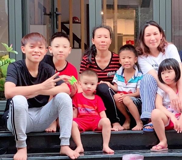"""Phản ứng gây chú ý của Phi Nhung khi bị """"spam"""" ảnh gia đình Hồ Văn Cường và nhấn mạnh chi tiết """"cầu cứu"""" trên áo người mẹ - ảnh 3"""