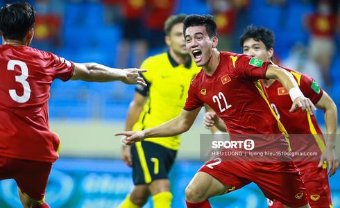Thắng kịch tính Malaysia với tỉ số 2 - 1, Việt Nam tiến sát tới tấm vé đi tiếp lịch sử! - ảnh 1