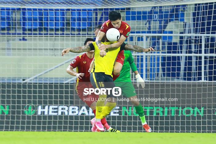 Tình huống Văn Hậu phạm lỗi khiến tuyển Việt Nam nhận bàn thua trước Malaysia - Ảnh 1.
