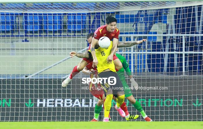Tình huống Văn Hậu phạm lỗi khiến tuyển Việt Nam nhận bàn thua trước Malaysia - Ảnh 2.