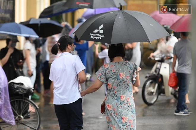 Hình ảnh phụ huynh đội mưa đưa con đi thi: Cứ đến cổng trường những ngày này sẽ hiểu lòng cha mẹ! - Ảnh 15.