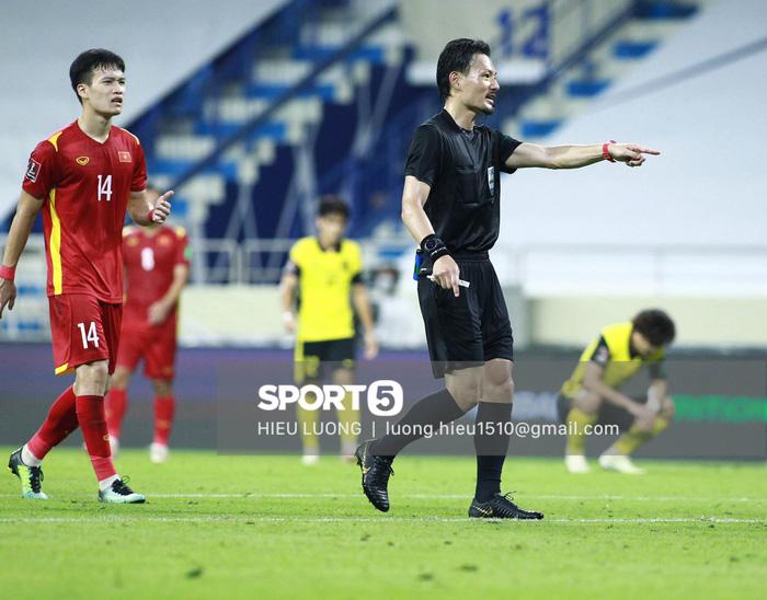 Tình huống Văn Hậu phạm lỗi khiến tuyển Việt Nam nhận bàn thua trước Malaysia - Ảnh 12.