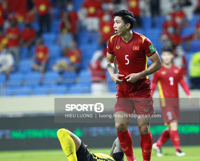 Tình huống Văn Hậu phạm lỗi khiến tuyển Việt Nam nhận bàn thua trước Malaysia - Ảnh 13.