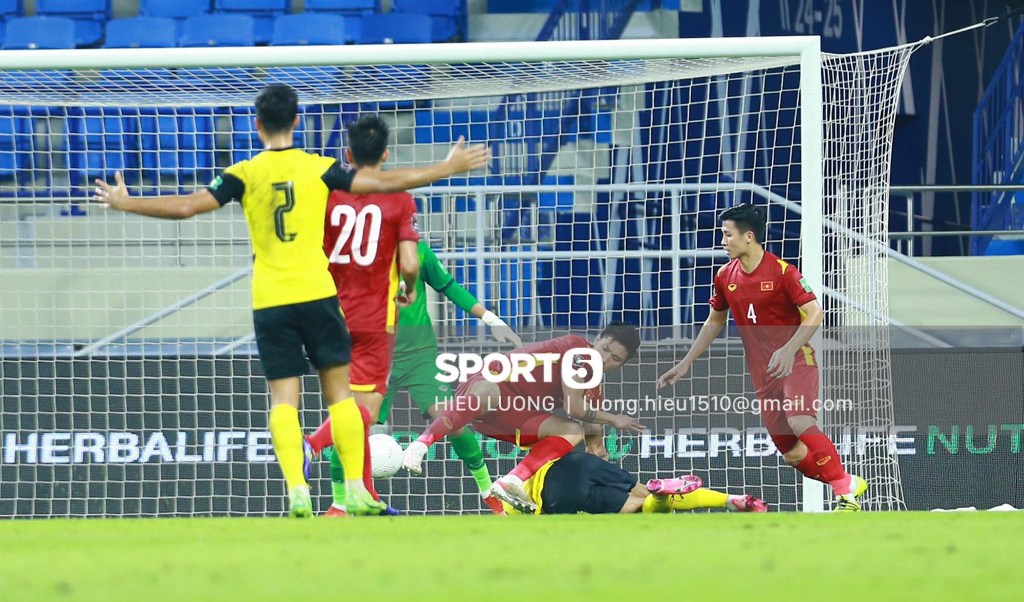 Tình huống Văn Hậu phạm lỗi khiến tuyển Việt Nam nhận bàn thua trước Malaysia - Ảnh 7.