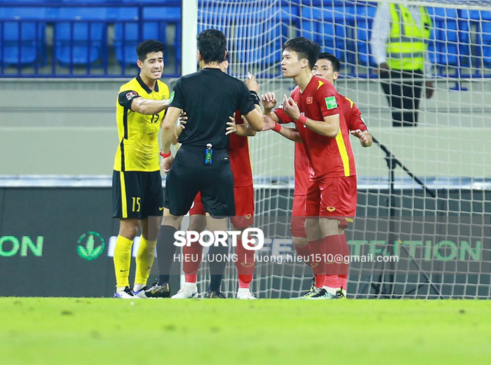 Tình huống Văn Hậu phạm lỗi khiến tuyển Việt Nam nhận bàn thua trước Malaysia - Ảnh 9.