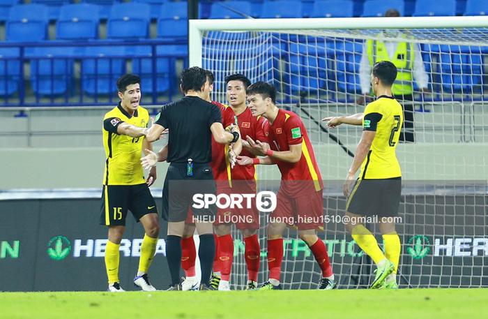 Tình huống Văn Hậu phạm lỗi khiến tuyển Việt Nam nhận bàn thua trước Malaysia - Ảnh 10.