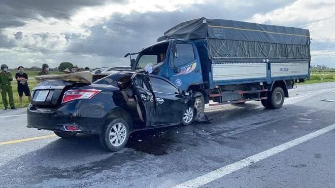 Ô tô con tông trực diện xe tải, 3 nạn nhân tử vong trong đó có cháu bé 4 tuổi - ảnh 1