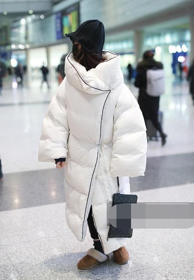 Muôn vẻ thảm hoạ thời trang sân bay của sao Cbiz: Từ xuề xoà, mặc xấu nhè nhẹ cho tới những phong cách không tả được bằng lời... - Ảnh 20.