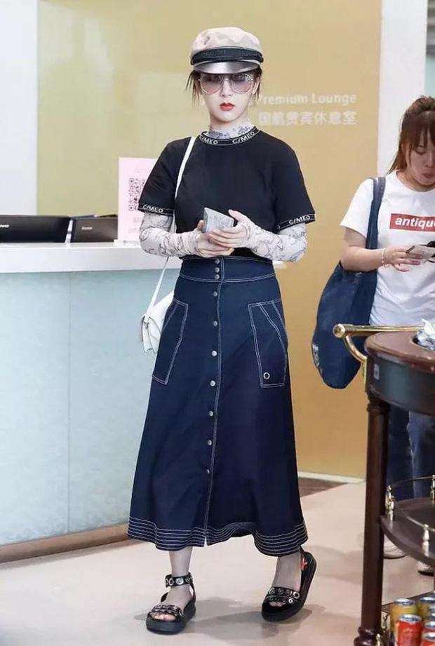 Muôn vẻ thảm hoạ thời trang sân bay của sao Cbiz: Từ xuề xoà, mặc xấu nhè nhẹ cho tới những phong cách không tả được bằng lời... - Ảnh 15.
