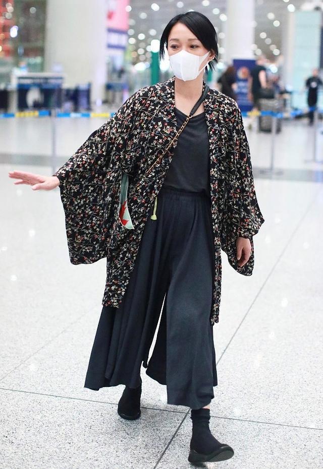 Muôn vẻ thảm hoạ thời trang sân bay của sao Cbiz: Từ xuề xoà, mặc xấu nhè nhẹ cho tới những phong cách không tả được bằng lời... - Ảnh 11.