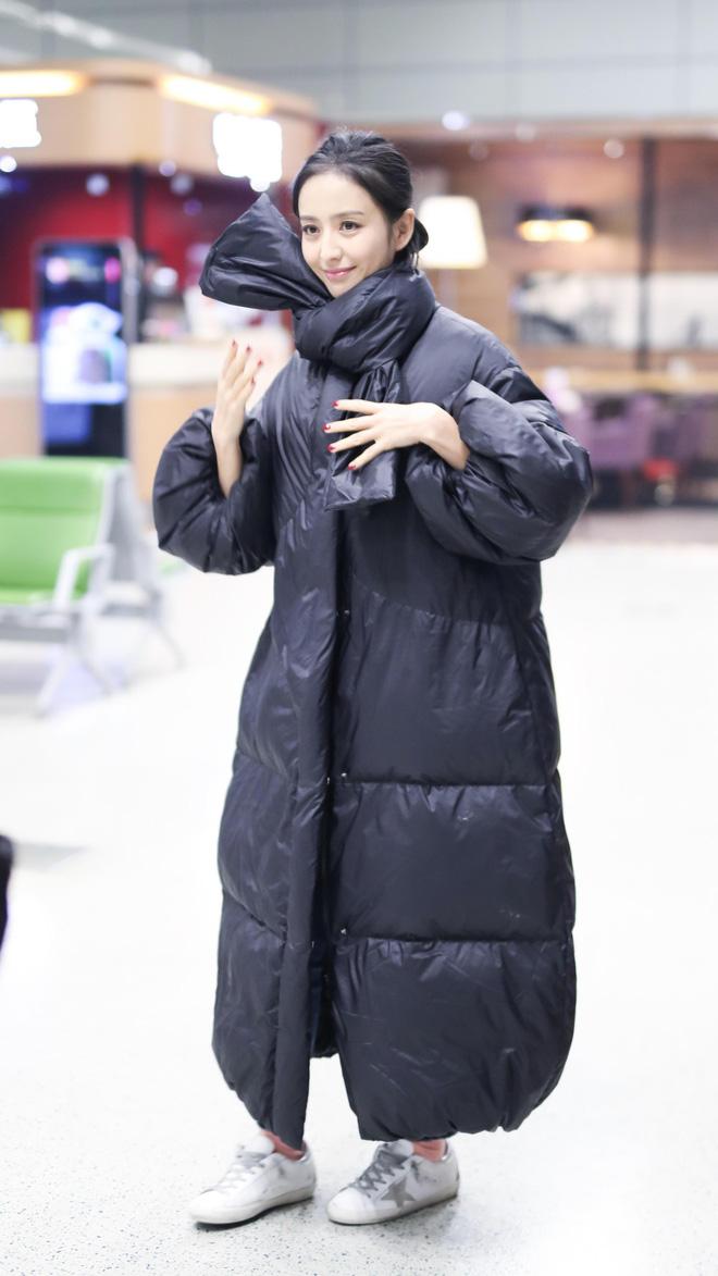 Muôn vẻ thảm hoạ thời trang sân bay của sao Cbiz: Từ xuề xoà, mặc xấu nhè nhẹ cho tới những phong cách không tả được bằng lời... - Ảnh 16.