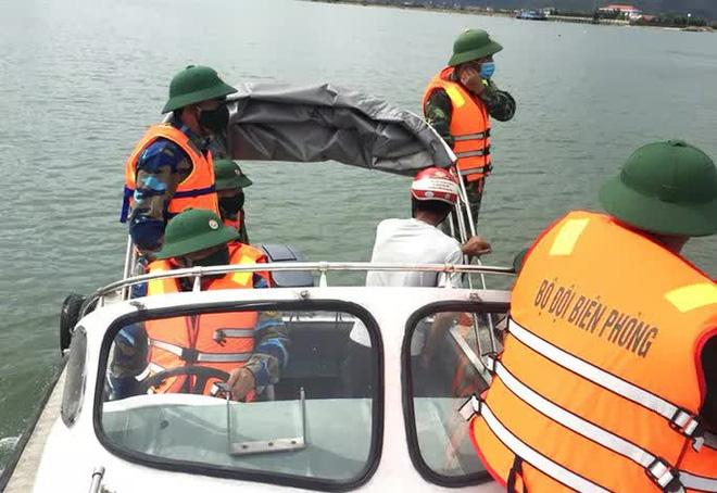 3 ngư dân bất ngờ phát hiện kho báu kim loại dưới đáy biển Quảng Bình - ảnh 1