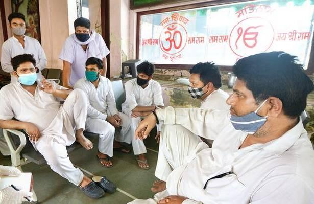Người ta bỏ xác chết trước cửa, chẳng nói gì: Nhân viên lò hỏa táng Ấn Độ nhớ về những ngày kinh hoàng - ảnh 1