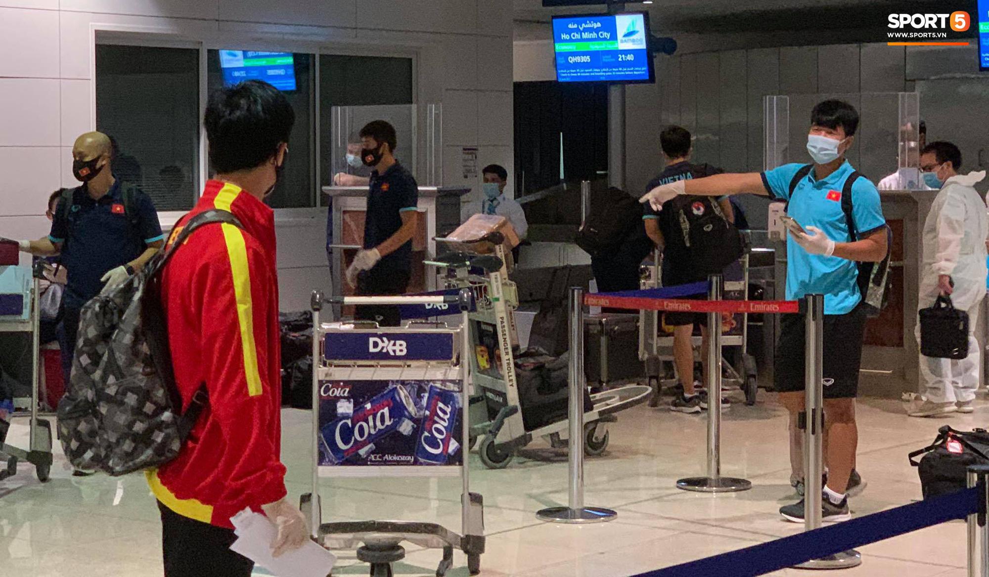 Tuyển Việt Nam lên chuyến bay lúc nửa đêm để về nước sau khi giành được chiến tích lịch sử tại vòng loại World Cup - Ảnh 11.