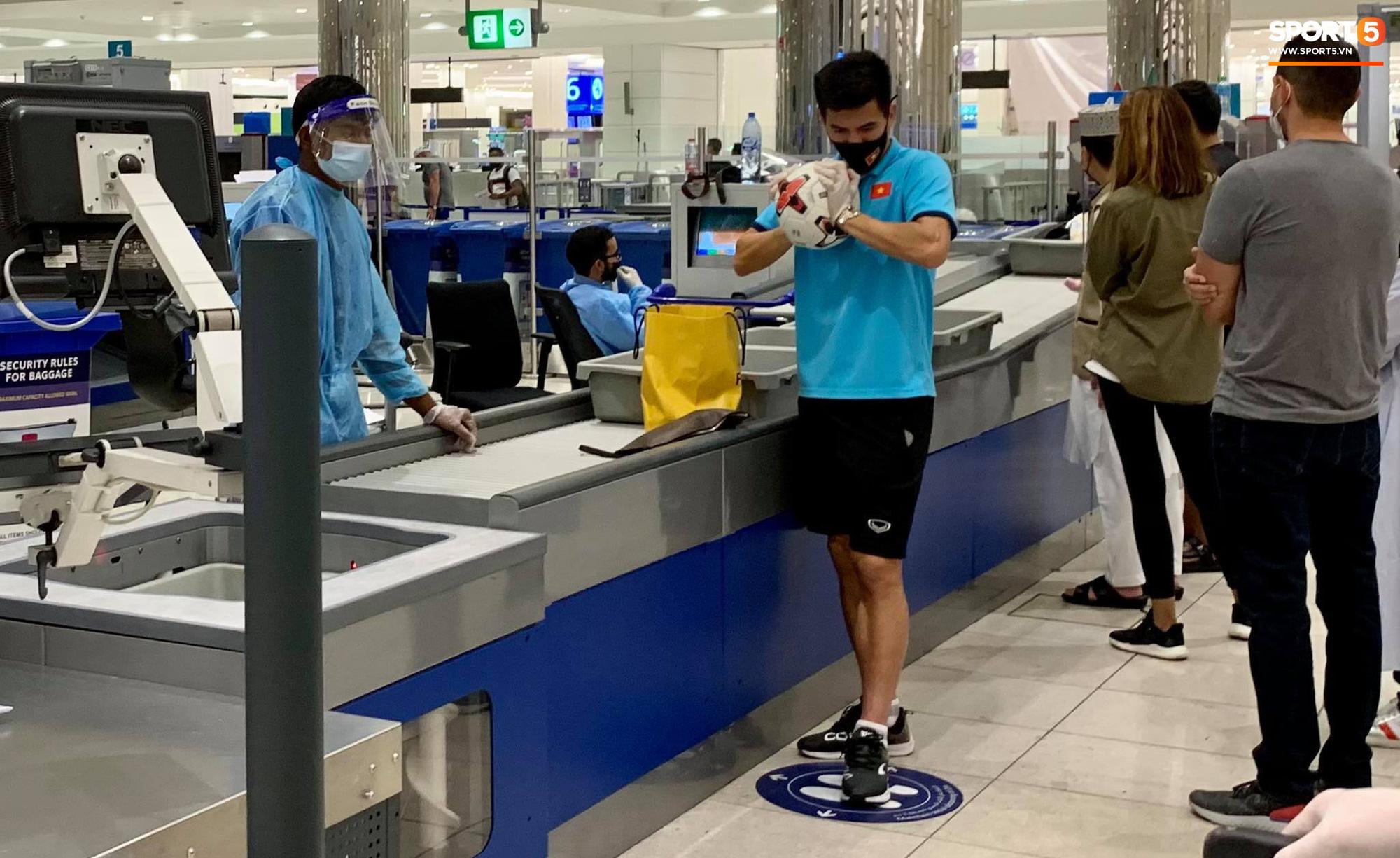 Tuyển Việt Nam lên chuyến bay lúc nửa đêm để về nước sau khi giành được chiến tích lịch sử tại vòng loại World Cup - Ảnh 7.