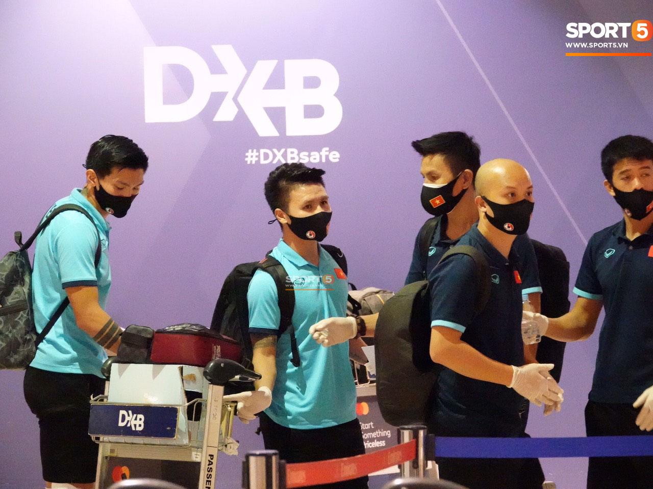 Tuyển Việt Nam lên chuyến bay lúc nửa đêm để về nước sau khi giành được chiến tích lịch sử tại vòng loại World Cup - Ảnh 6.