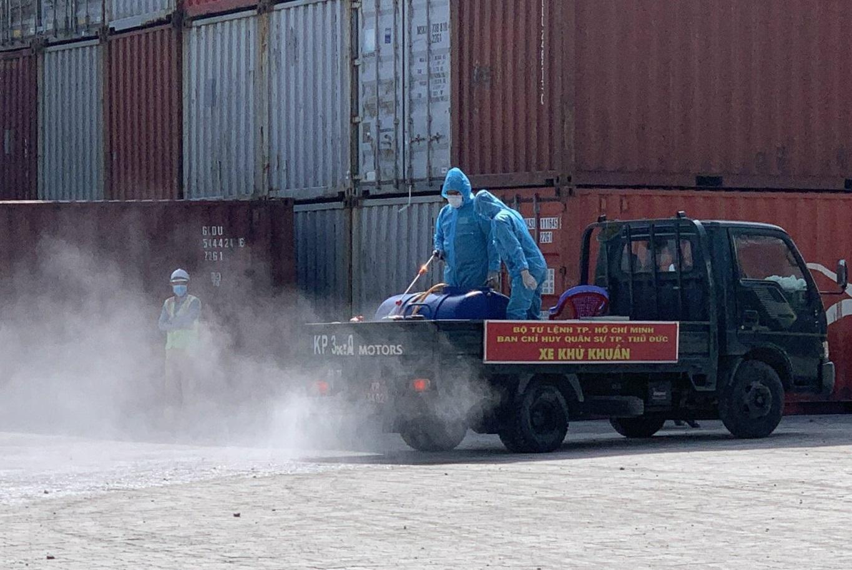 TP.HCM: Quân đội phun khử khuẩn cảng quốc tế ở TP. Thủ Đức do ca nghi mắc Covid-19 từng đến làm việc - Ảnh 2.