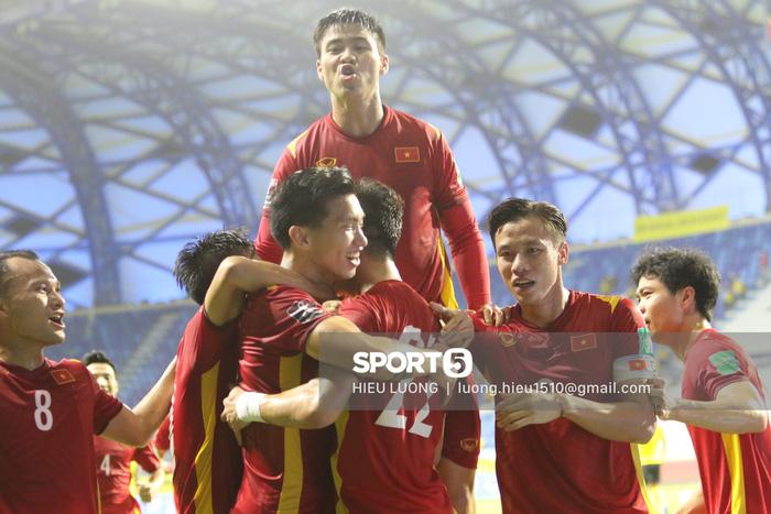 Báo Trung Quốc choáng với khoản tiền đội nhà bỏ túi sau khi vượt qua vòng loại thứ 2, lập tức so sánh với con số của tuyển Việt Nam - Ảnh 2.