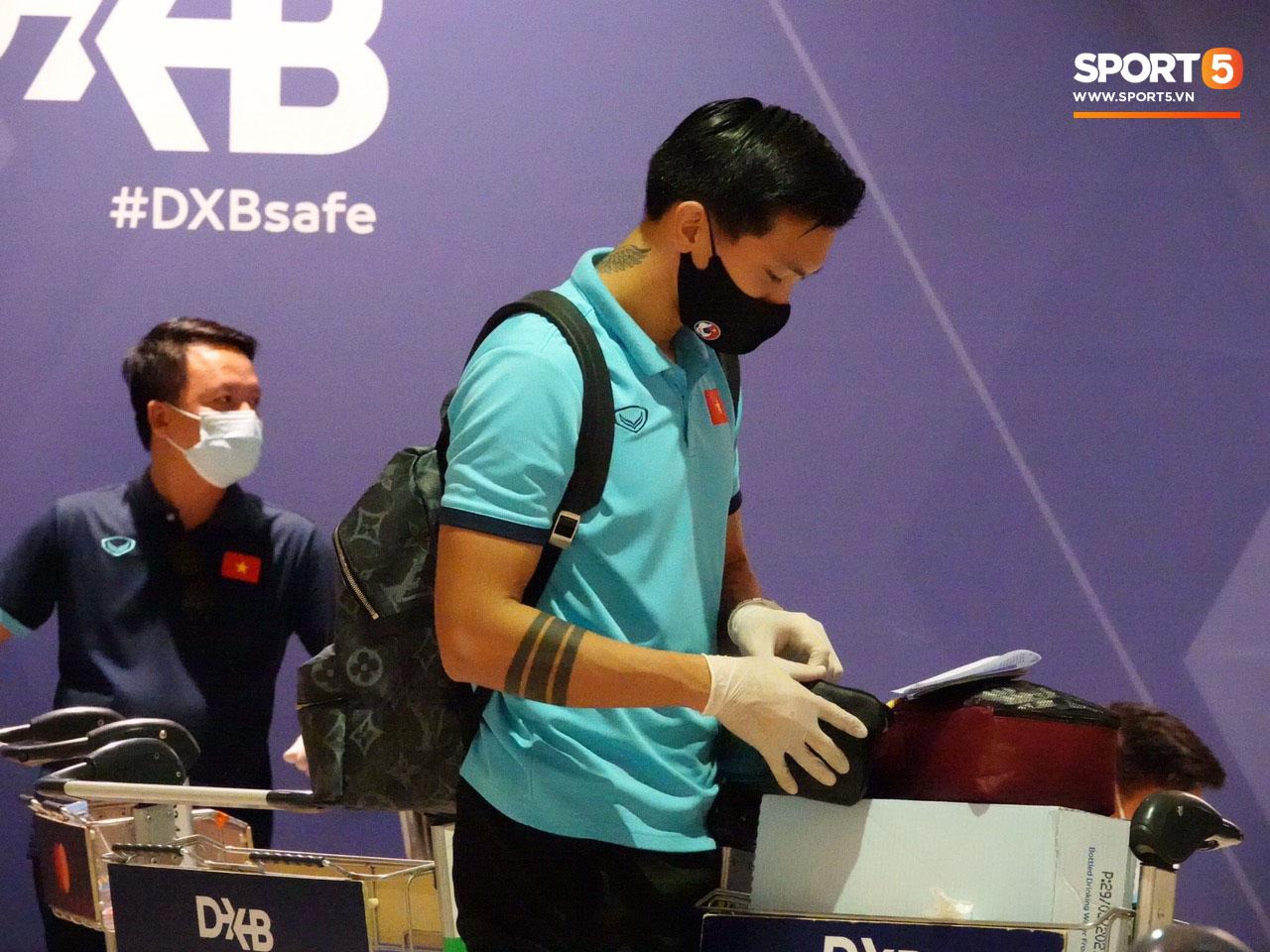 Tuyển Việt Nam lên chuyến bay lúc nửa đêm để về nước sau khi giành được chiến tích lịch sử tại vòng loại World Cup - Ảnh 3.