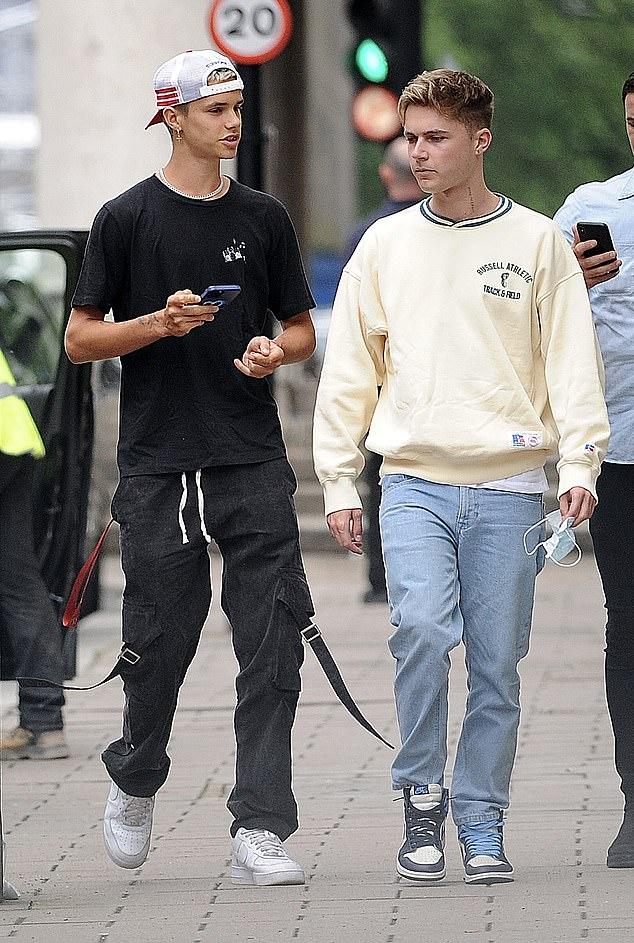 Con trai Beckham xuống phố sương sương với bạn thân ca sĩ, đã đẹp trai lại còn lái siêu xe bóng loáng hơn 2 tỷ dù mới 18 tuổi - ảnh 4