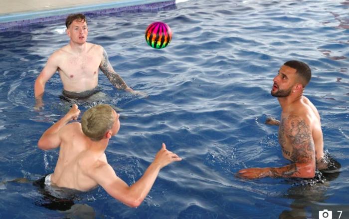 Sao ĐT Anh chơi đùa dưới bể bơi bằng những trái bóng có họa tiết kỳ lạ - Ảnh 2.