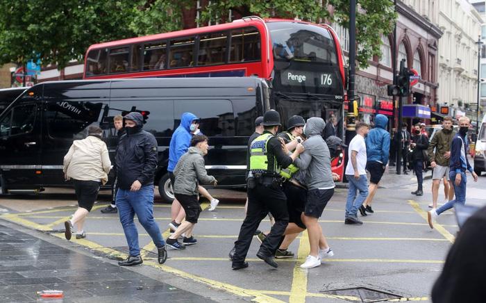 Đại chiến Anh - Scotland: Fan cuồng thiếu ý thức của đội khách tỉ thí với cảnh sát, biến quảng trường ở London thành bãi rác - Ảnh 2.