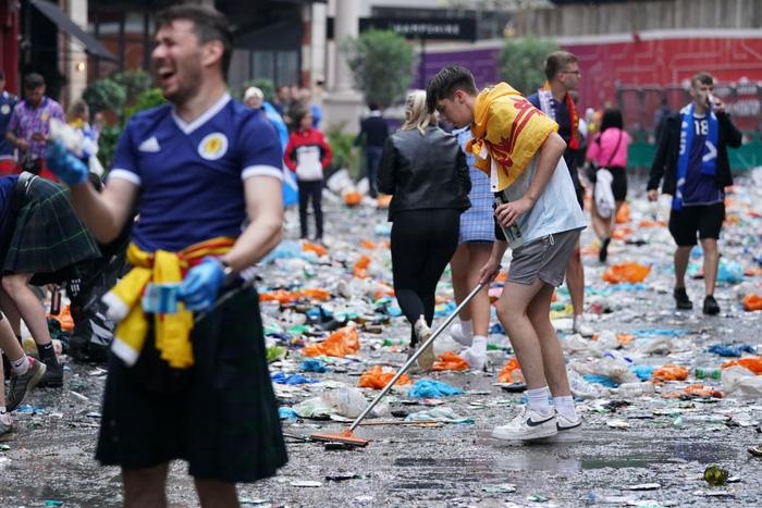 Đại chiến Anh - Scotland: Fan cuồng thiếu ý thức của đội khách tỉ thí với cảnh sát, biến quảng trường ở London thành bãi rác - Ảnh 11.