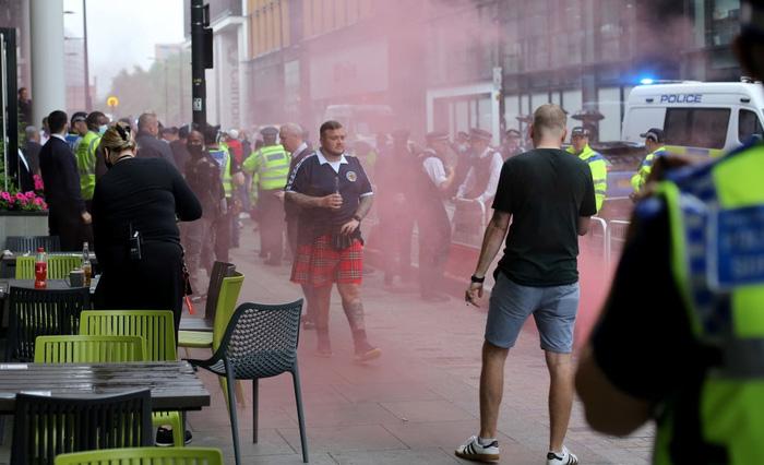 Đại chiến Anh - Scotland: Fan cuồng thiếu ý thức của đội khách tỉ thí với cảnh sát, biến quảng trường ở London thành bãi rác - Ảnh 3.