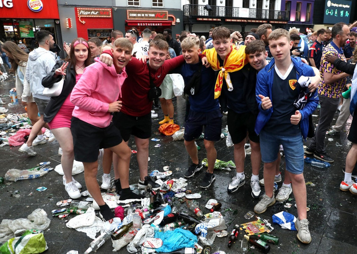 Đại chiến Anh - Scotland: Fan cuồng thiếu ý thức của đội khách tỉ thí với cảnh sát, biến quảng trường ở London thành bãi rác - Ảnh 4.